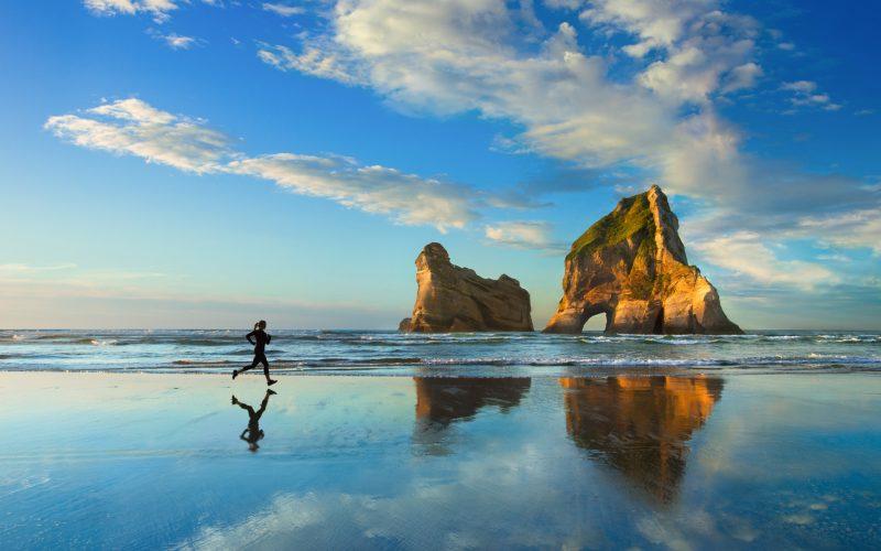 preciosa playa con chica corriendo