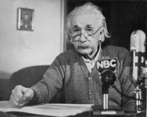 Albert EINSTEIN (14. 3. 1879 - 18. 4. 1955 ) , nìmecký fyzik, od roku 1933 žil v USA , nositel Nobelovy ceny v r.1921. Na sn. Albert Einstein pøi vystoupení pro televizní poøad Eleanor Rooseveltové v únoru 1950.