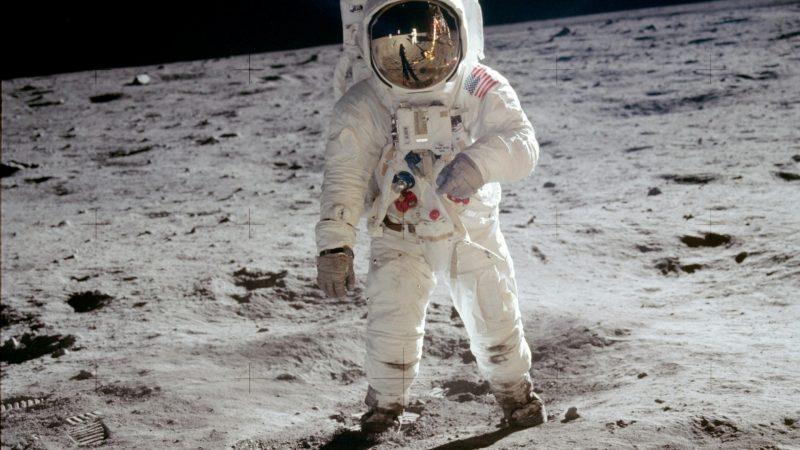Foto de astronauta en la Luna